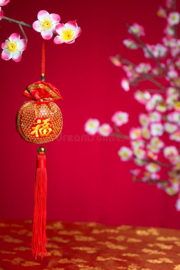 Smällare för röd brand över ett kinesiskt nytt år royaltyfri foto