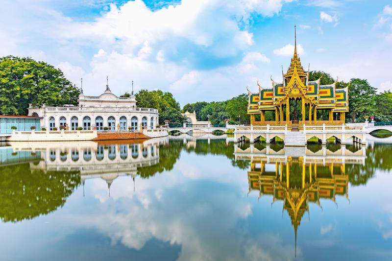 Smällen PA-i slott är en forntida slott efter den Ayutthaya perioden royaltyfri bild