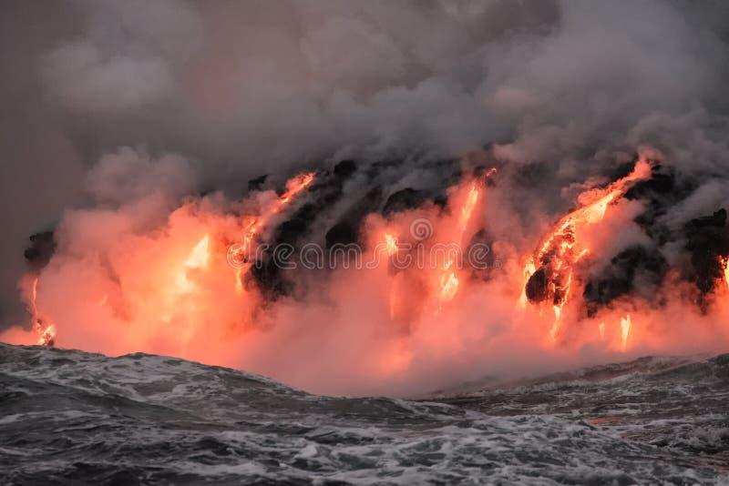 Smält lava som flödar in i Stilla havet arkivfoton