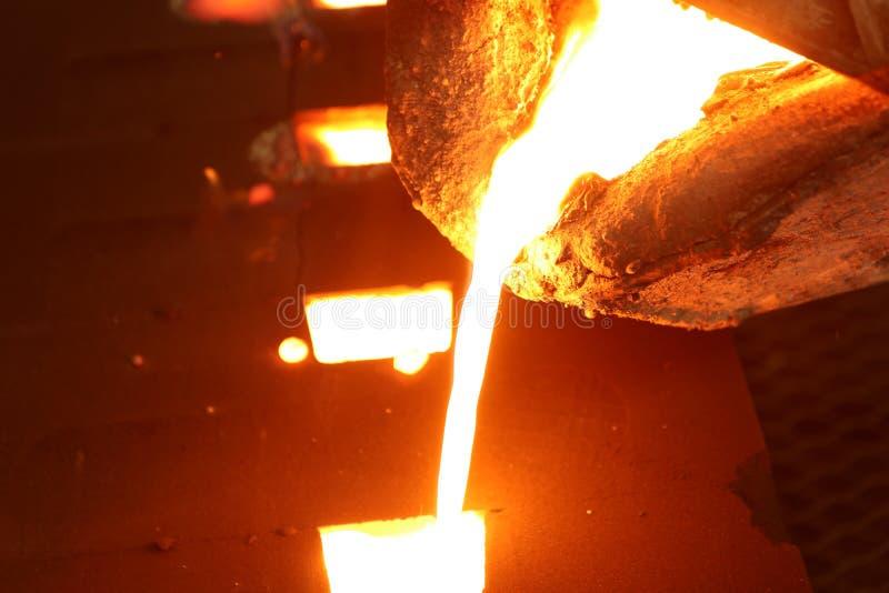 Smält metall för järn som häller i sandform royaltyfria foton