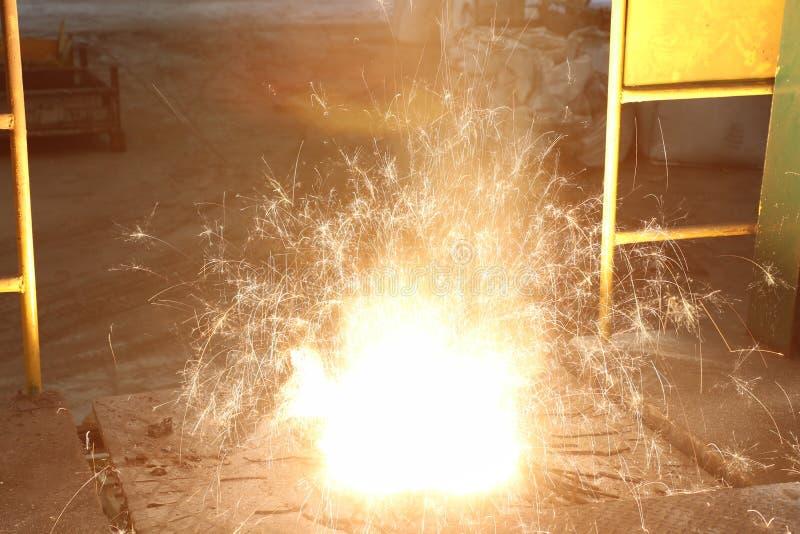 Smält metall i induktionspanna royaltyfri foto
