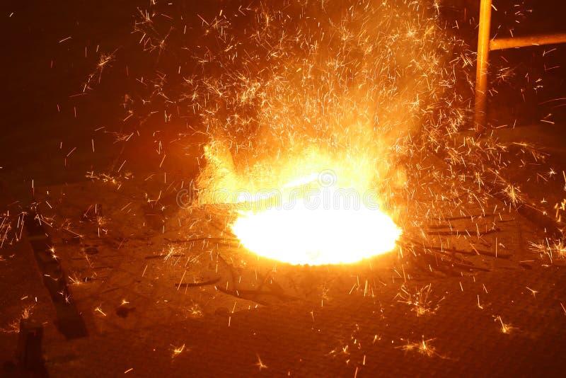 Smält metall i induktionspanna royaltyfria foton