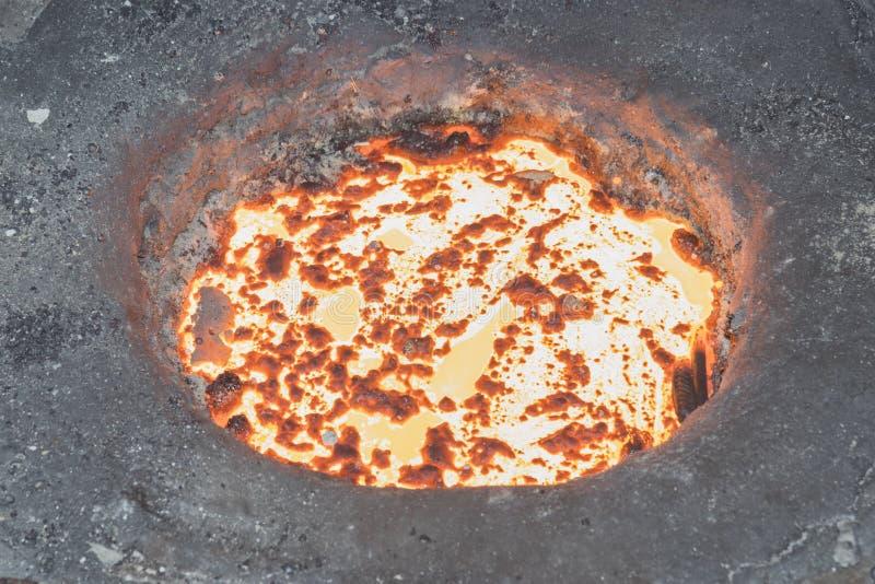 Smält metall i induktionspanna arkivbild