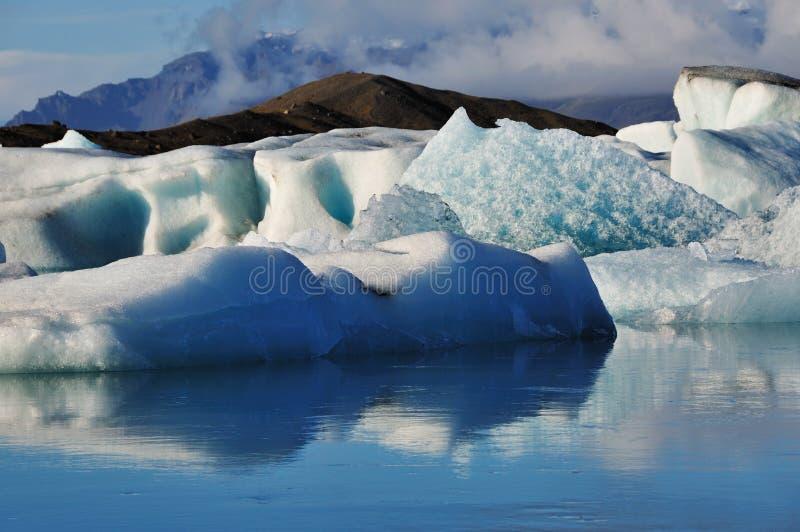 Smältande isberg i jokulsarlonlagun royaltyfria foton