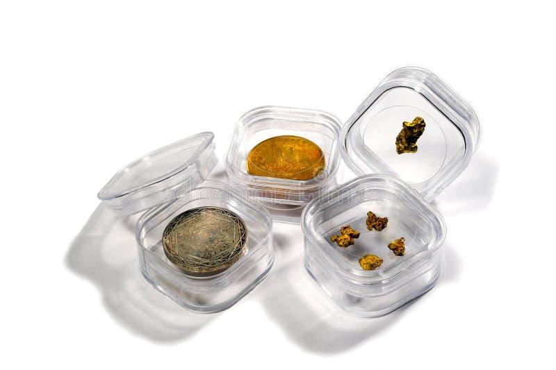 Smältdegel som gör små tackor av ädelmetaller arkivfoton
