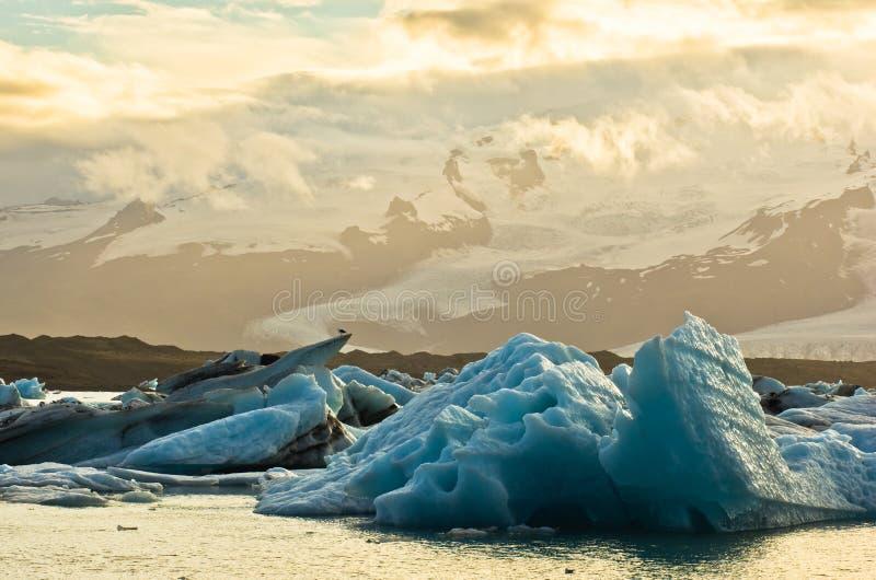 Smältning av isberg på den Jokulsarlon glaciärlagun på solnedgången royaltyfria bilder
