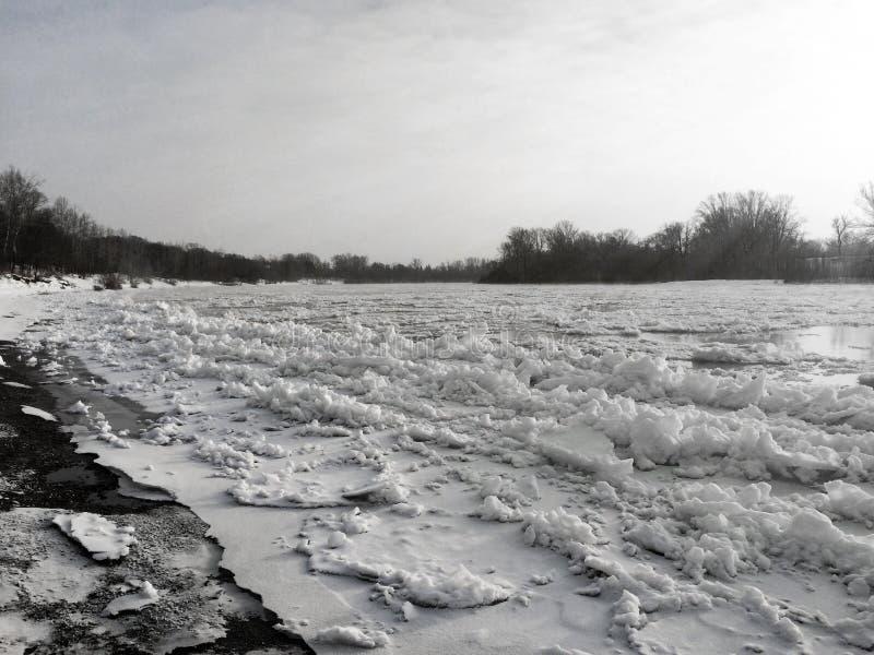 Smältning av is på floden, isdriva, tidig vår arkivbilder