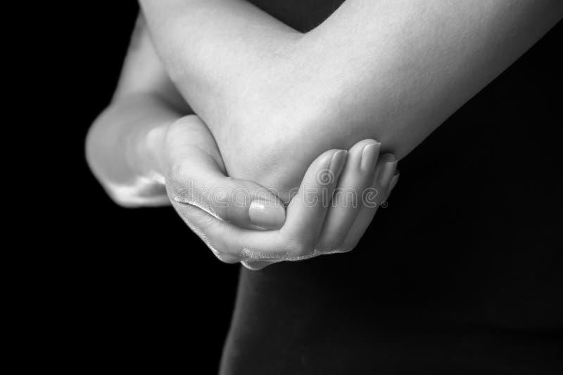 Smärta i armbågeskarven arkivfoto