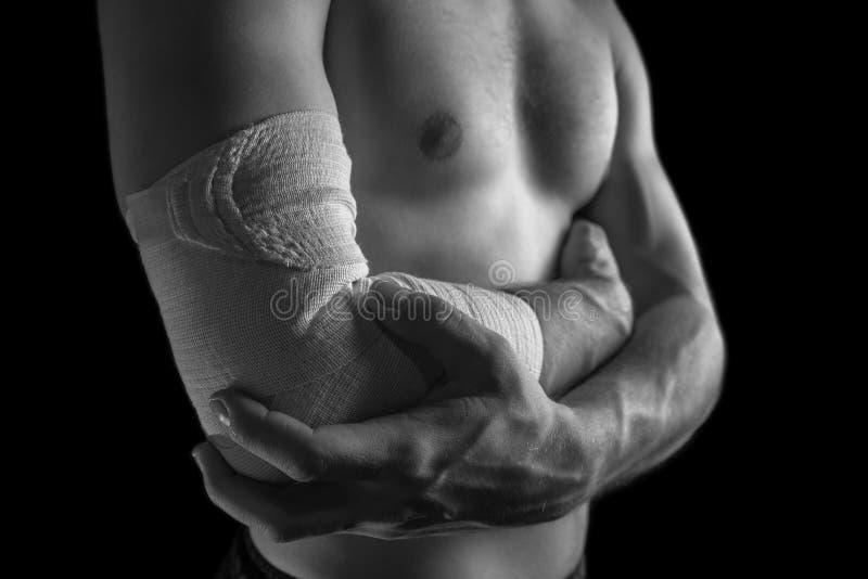 Smärta i den manliga armbågeskarven royaltyfria bilder