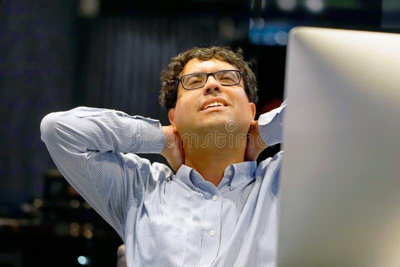 Smärta i halsen av män från trötthet arkivbild