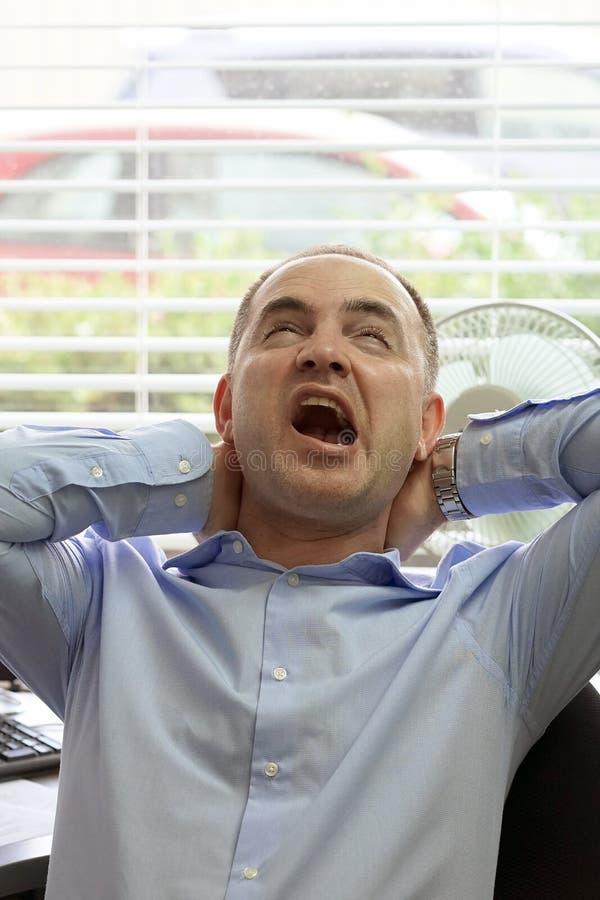 Smärta i halsen av män från trötthet royaltyfria foton