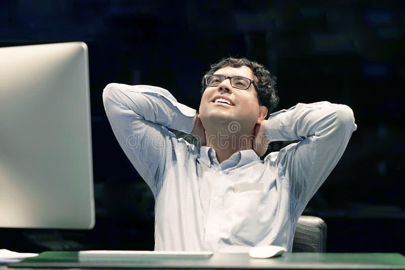 Smärta i halsen av män från trötthet Trött hals arkivfoton