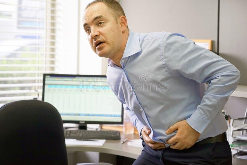 Smärta i magen av män royaltyfri bild