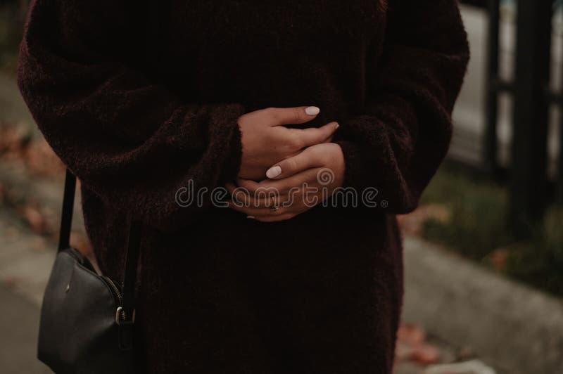 Smärta i magen Kvinnan har mageknip royaltyfri foto