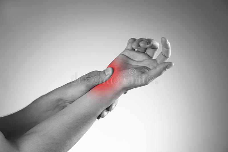 Smärta i skarvarna av händerna arkivbild