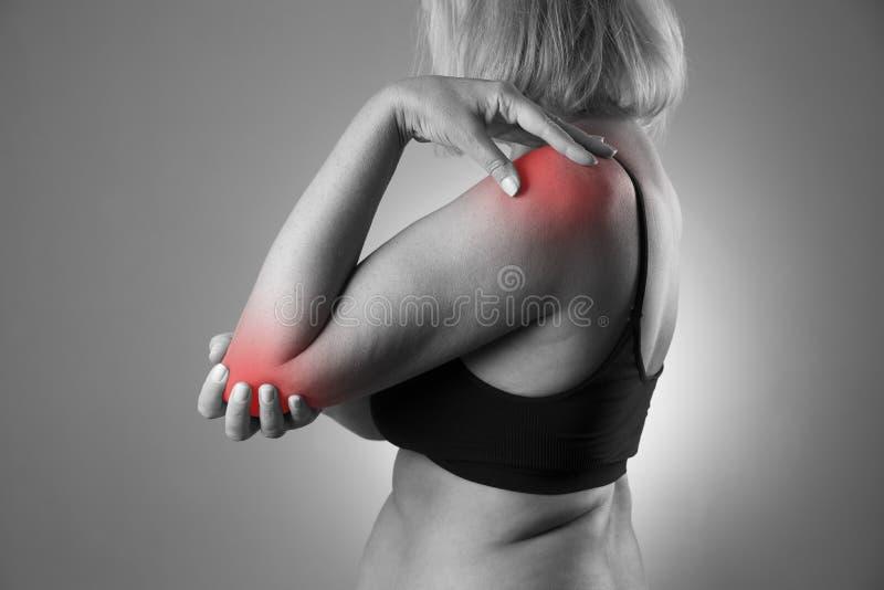 Smärta i skarven, omsorg av kvinnlighänder, knip i kropp för kvinna` s royaltyfri foto