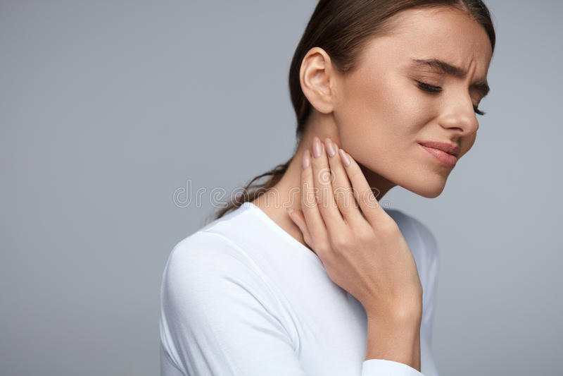smärta kvinnan Smärtar känslig tandvärk för den härliga flickan, käken, hals royaltyfri bild