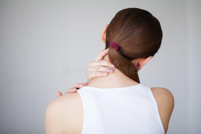 smärta Sjuk härlig känsla för den unga kvinnan och har en smärta i net arkivbild