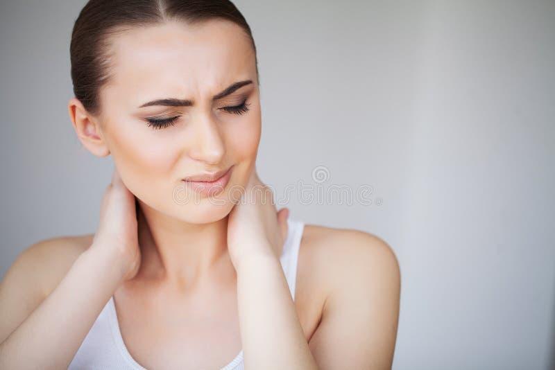smärta Sjuk härlig känsla för den unga kvinnan och har en smärta i net royaltyfria foton