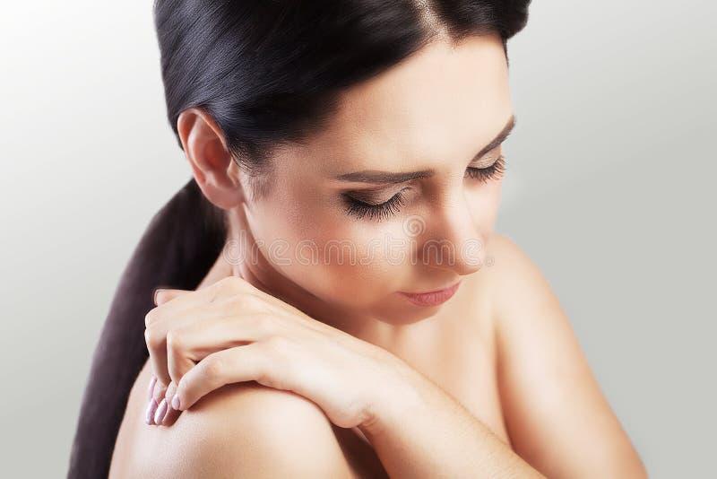 smärta skulderen Utmattning efter arbetsdags Skada i det tillbaka området Starka smärtsamma förnimmelser Begreppet av vård- på et arkivbild