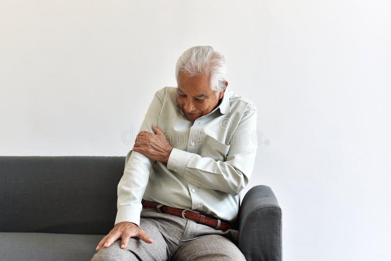 Smärtar den höga asiatiska mannen för skadan från nedgångolycka, armbågearm och den gemensamma sjukdomen i gamal man arkivfoto