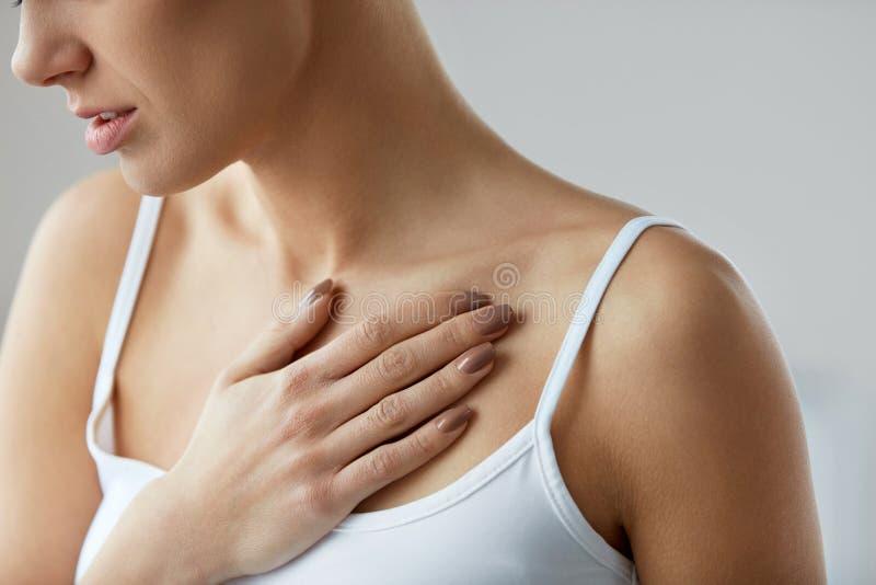 Smärtar den kvinnliga kroppen för closeupen, kvinnan som den har, i bröstkorgen, vård- frågor royaltyfria bilder
