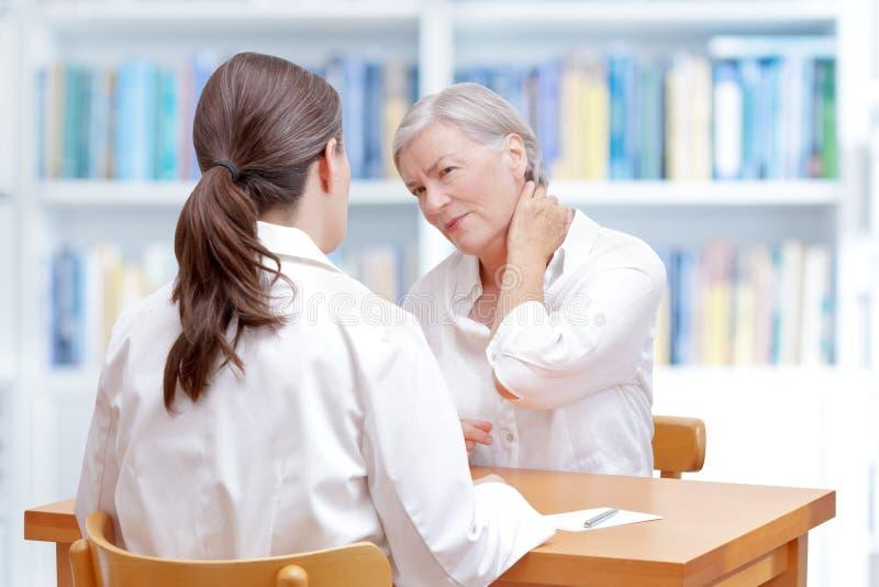 Smärtar den tålmodiga halsen för doktorn fibromyalgia royaltyfri fotografi