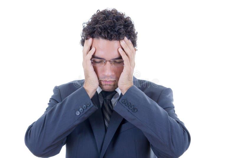 Smärtar det hållande huvudet för mannen in royaltyfria bilder
