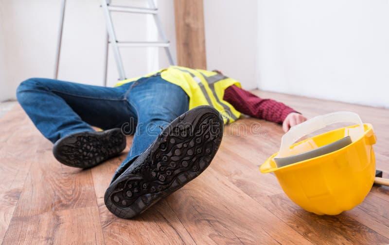 Smärtsam arbetare after på jobbskadan fotografering för bildbyråer