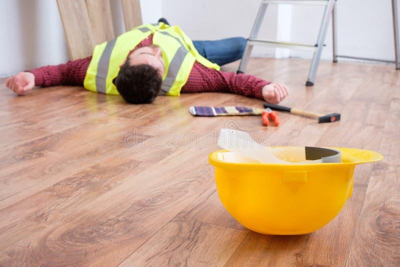 Smärtsam arbetare after på jobbskadan royaltyfri fotografi