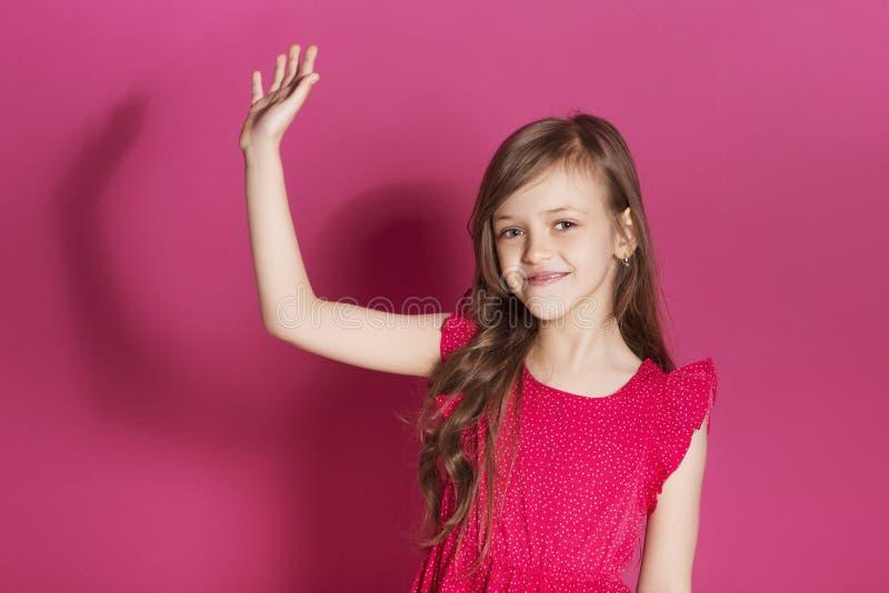 Små 8 år gammal flicka gör någon emotionell gest med hennes han arkivfoto