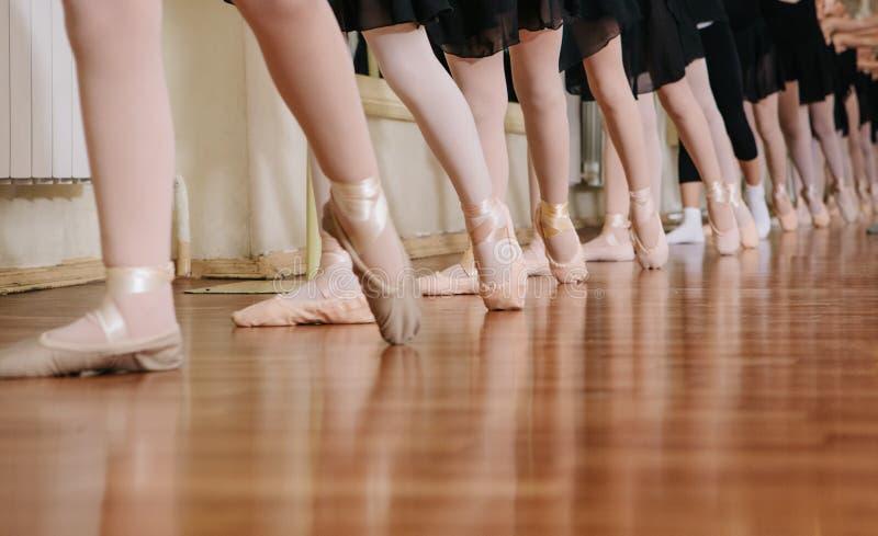 Små ballerina som gör övningsbalettgrupp royaltyfri bild