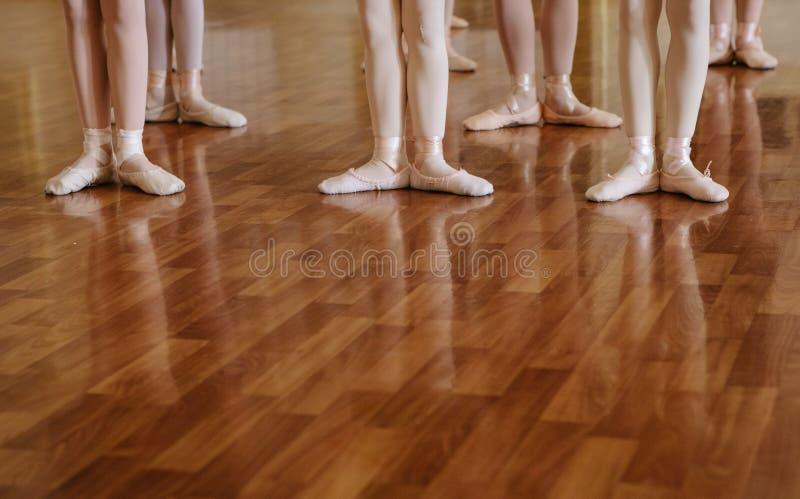 Små ballerina som gör övningsbalettgrupp arkivbild