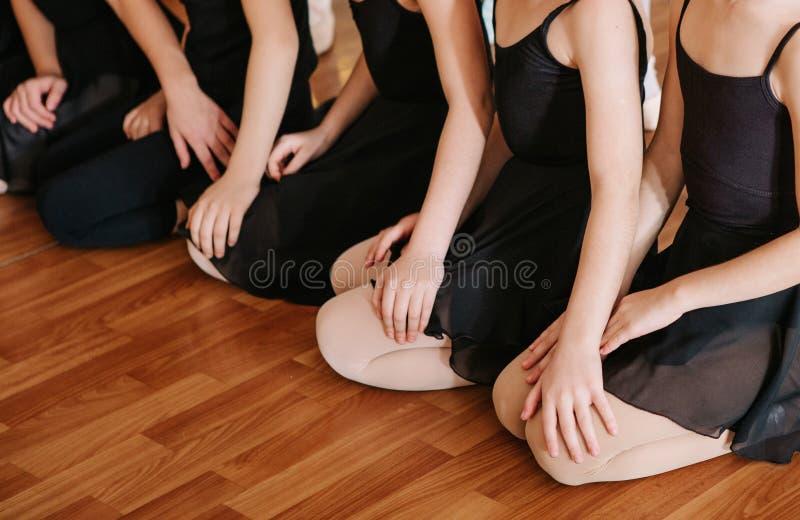 Små ballerina som gör övningsbalettgrupp royaltyfria bilder