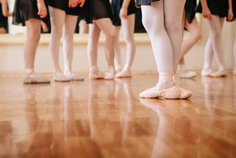 Små ballerina som gör övningsbalettgrupp arkivfoton