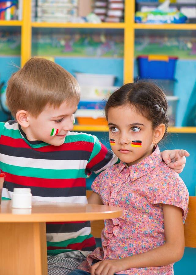 Små barn i språkläger royaltyfria foton