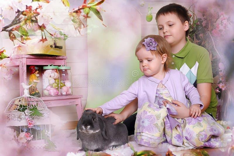Små barn med kanin arkivfoto