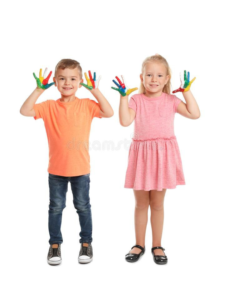 Små barn med målade händer royaltyfria foton