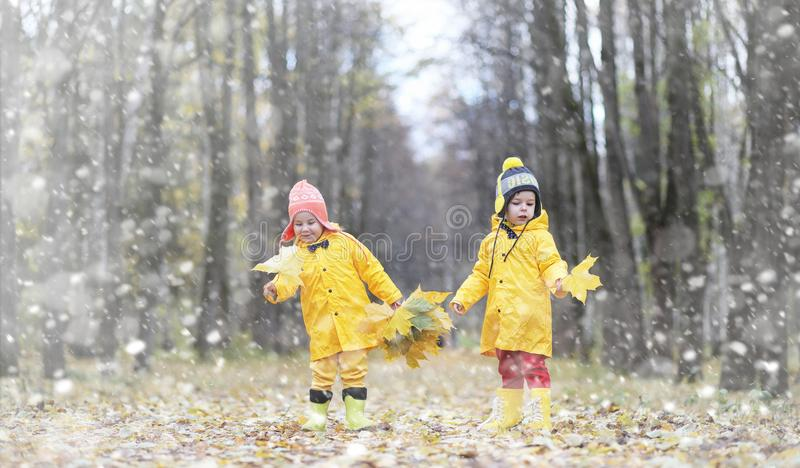 Små barn på en gå i hösten parkerar Första frost och första arkivbild