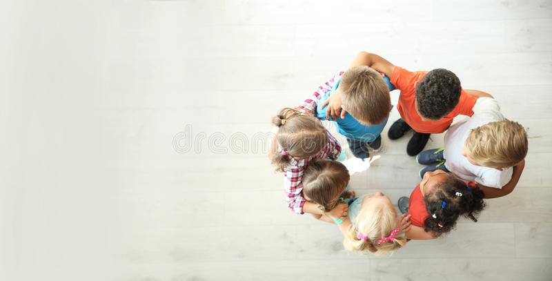Små barn som gör cirkeln med händer omkring arkivfoton