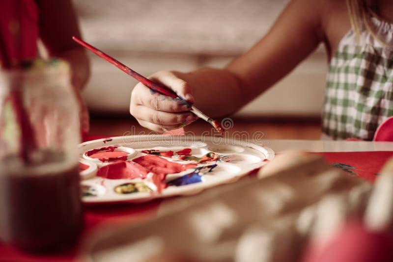 Små barn som har roliga målningpåskägg arkivbild