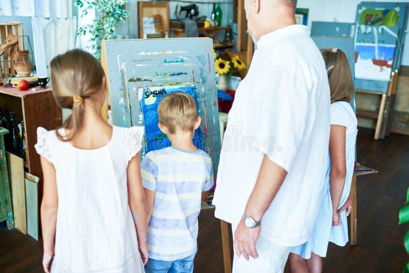 Små barn som målar i Art Studio royaltyfria bilder