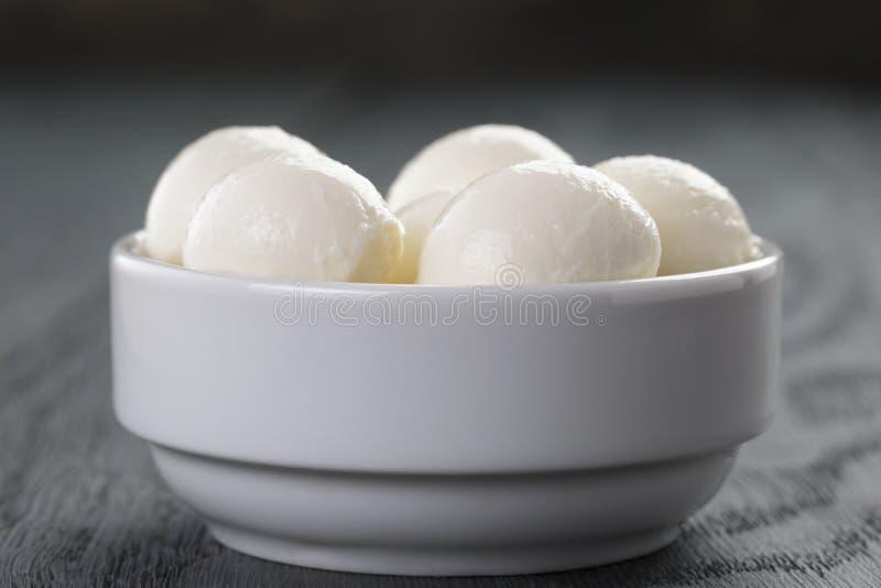 Små bollar av mozzarellaen i bunke royaltyfri foto