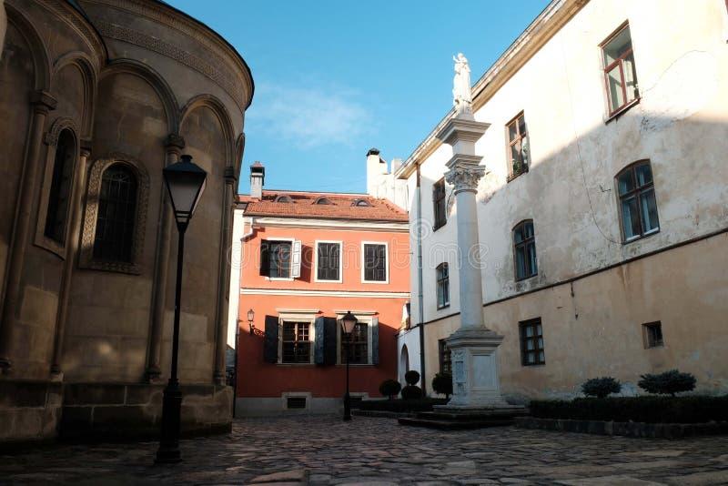 Små borggårdar för gammal arkitektur Gata i staden av Lviv Ukraina 03 15 19 royaltyfri fotografi