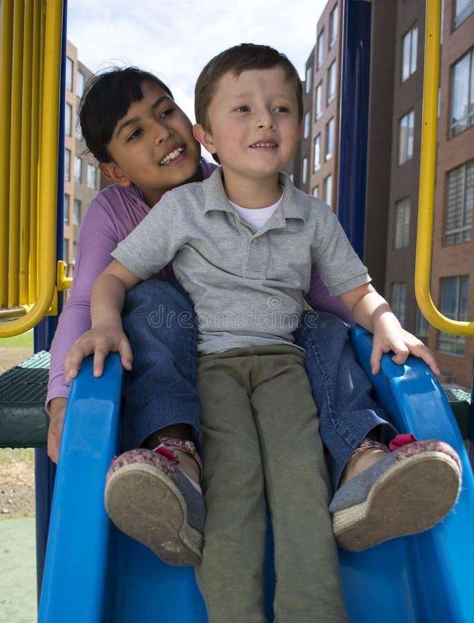 Små childs på glidbana royaltyfri fotografi