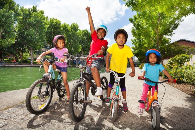 Små cykelryttare som tycker om att cykla utomhus arkivbilder