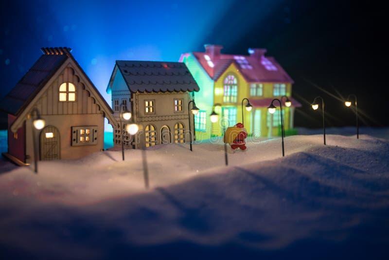 Små dekorativa hus, härlig festlig stilleben, gulliga små hus på natten, bakgrund för bokeh för nattstad verklig, lycklig vinter arkivfoton