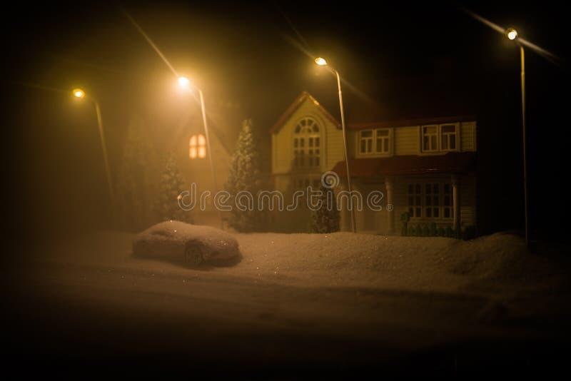 Små dekorativa hus, härlig festlig stilleben, gulliga små hus på natten, bakgrund för bokeh för nattstad verklig, lycklig vinter royaltyfria foton