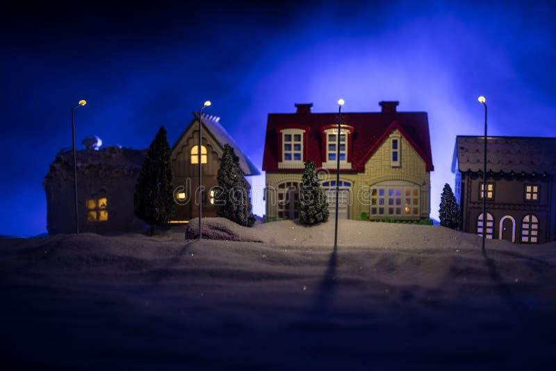 Små dekorativa hus, härlig festlig stilleben, gulliga små hus på natten, bakgrund för bokeh för nattstad verklig, lycklig vinter fotografering för bildbyråer