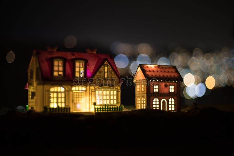 Små dekorativa hus, härlig festlig stilleben, gulliga små hus på natten, bakgrund för bokeh för nattstad verklig, lycklig vinter arkivbilder